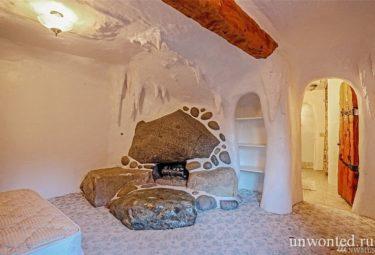 Камин из больших камней в спальне сказачного дома Белоснежки