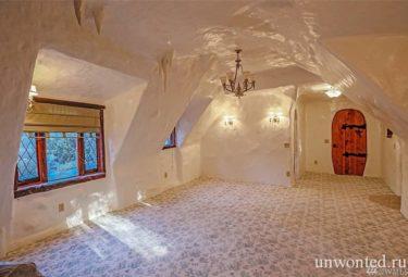 Спальня под крышей сказачного дома Белоснежки