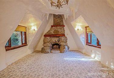 Спальня с камином в сказочном доме Белоснежки