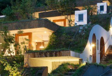 Органические дома Greendo на склоне горы вечером