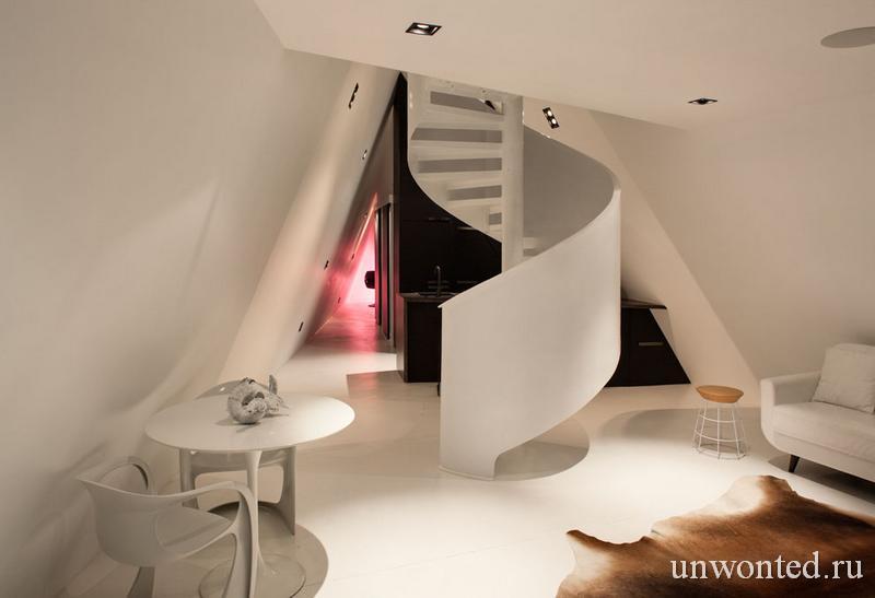 Винтовая лестница экономит и разделяет пространство Tent House