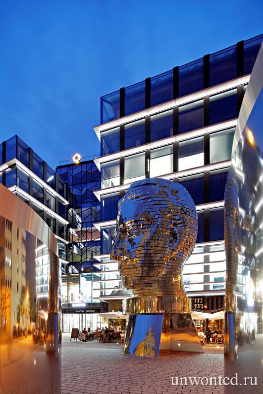 Скульптура Голова Франца Кафки из отполированных стальных пластин