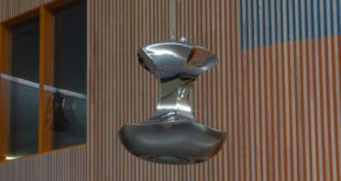 Скульптуры падающих яблок Bigert&Bergstrom