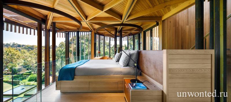 Главная спальня со стеклянной балюстрадой Paarman Treehouse
