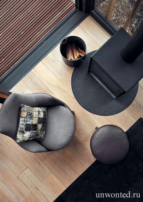 Камин и кресло в цилиндрическом доме на дереве