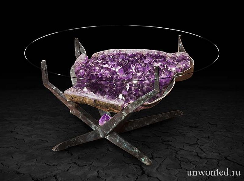 Необычный столик с фиолетовыми кристаллами под стеклянной столешницей