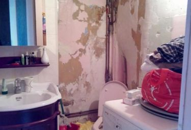 Санузел в маленьких апартаментах до ремонта