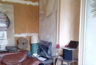 Гостиная в маленьких апартаментах до ремонта