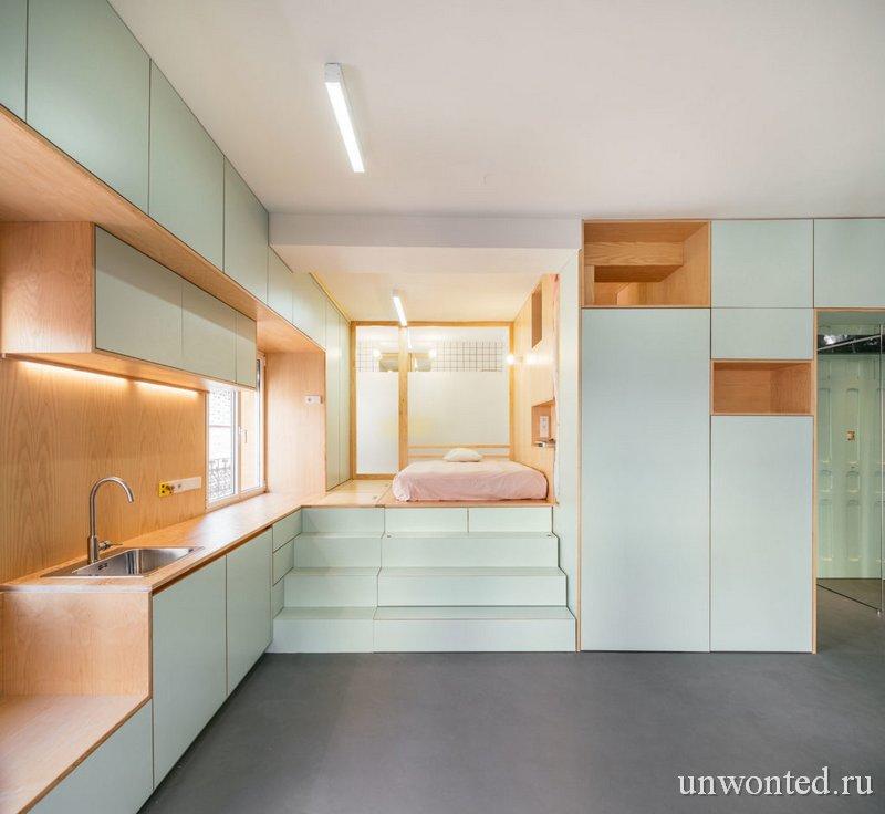Дверь и стена между спальней и ванной из частично матового стекла