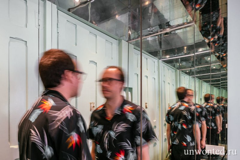 Зеркальные панели в маленькой прихожей