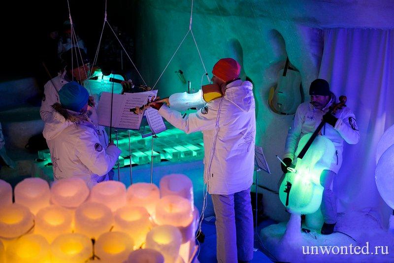 Музыканты играющие на необычных ледяных музыкальных инструментах
