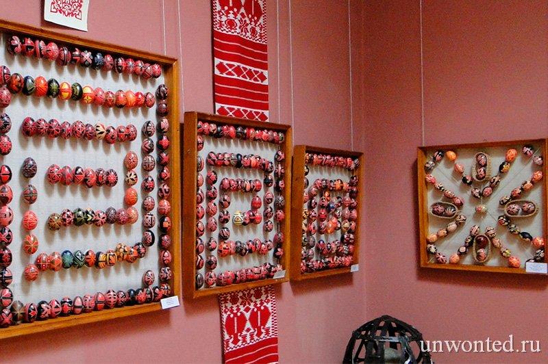 Коллекция красочных пасхальных яиц в Музее Писанка