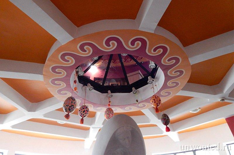 Интерьер Музея Писанки в стиле пасхальной росписи яиц