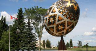 Огромное пасхальное яйцо в городе Вегревилл