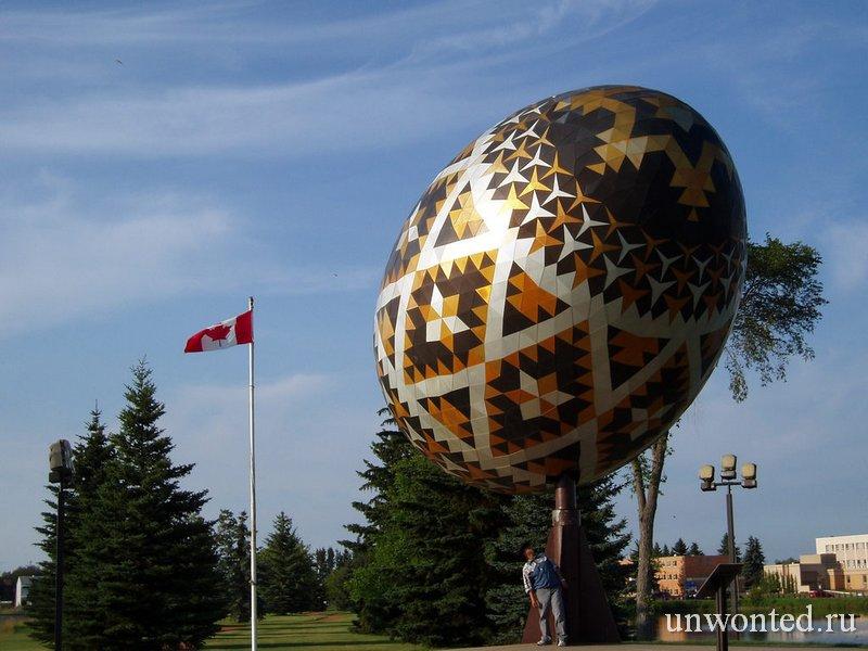 Огромное пасхальное яйцо в Канаде