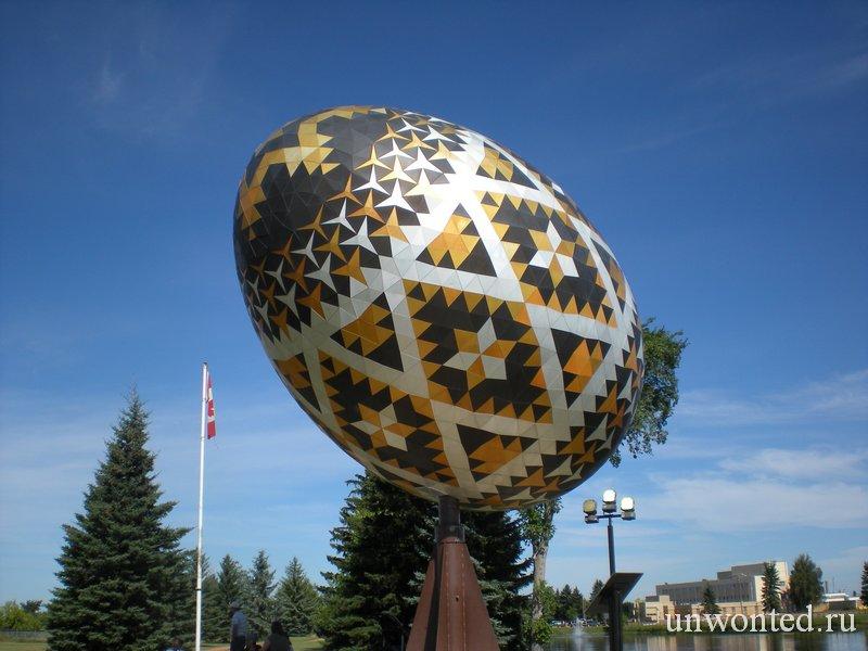 Скульптура огромного пасхального яйца в городе Вегревилл