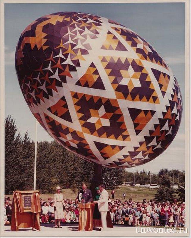Церемония открытия скульптуры гигантского пасхального яйца Вегревилл