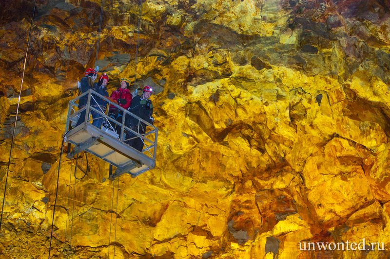 Яркие цвета стен кратера Трихнукагигур