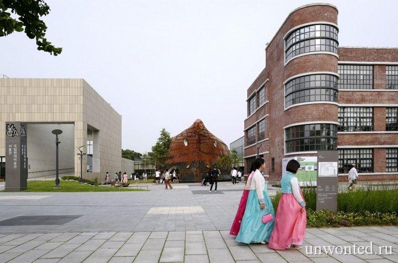 Павильон Temp'L выделяется на фоне традиционной архитектуры Сеула