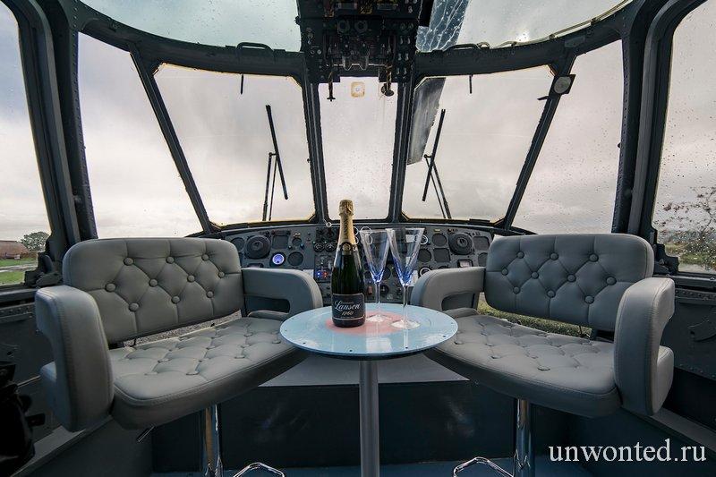 Кабина пилотов в отеле-вертолете