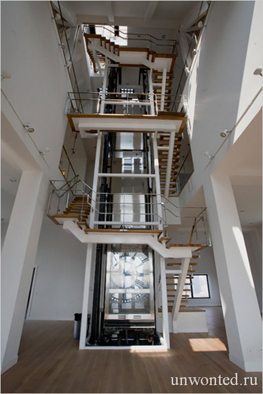 Стеклянный лифт в квартире ClockTower