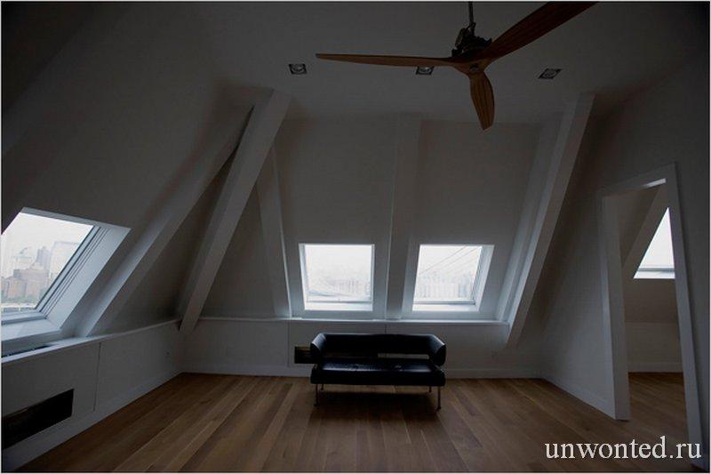 Спальня в трехэтажной квартире ClockTower