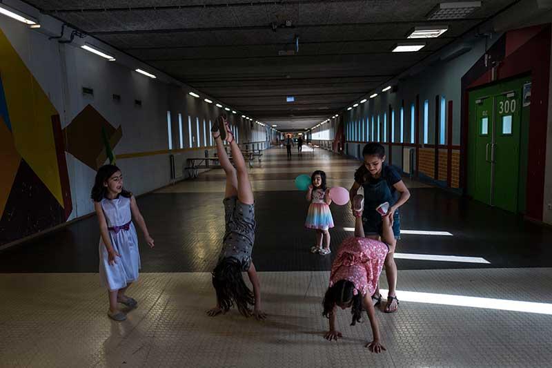 Дети сирийских беженцев играют в бывшей тюрьме Bijlmerbajes