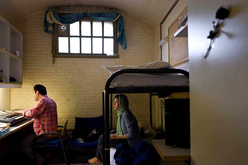 Жизнь беженцев в камере бывшей тюрьмы в Нидерландах